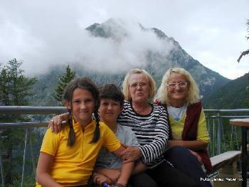 Teja, Jaka, Tanja in Gina (oskrbnici)