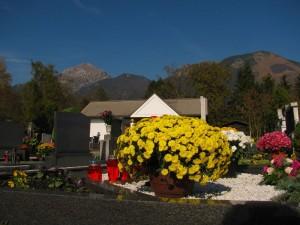 Razgled s pokopališča na bazo